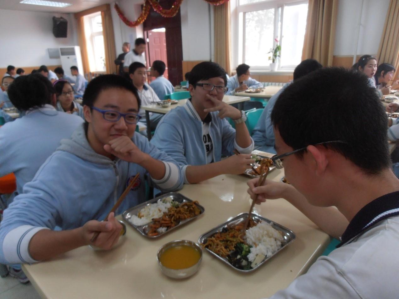 同学们围坐在一起吃饭,爽!