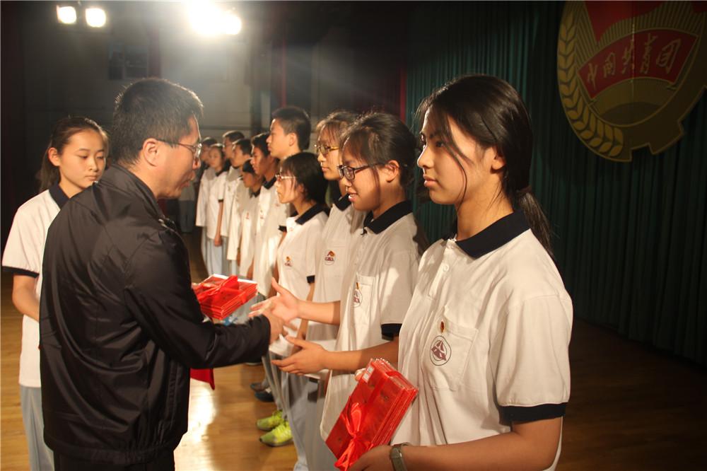 4.耿晓东副校长为优秀团员、优秀团干部颁奖